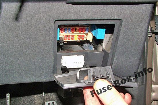 The location of the fuses in the passenger compartment: Nissan Qashqai / Qashqai+2 (2007-2013)