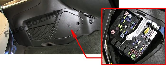 The location of the fuses in the passenger compartment: Chevrolet Captiva