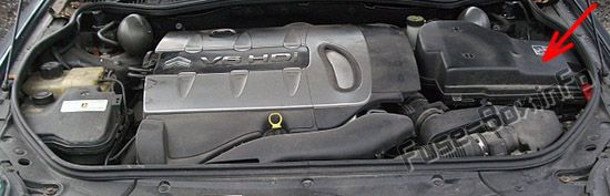 The location of the fuses in the engine compartment: Citroën C6 (2007, 2008, 2009, 2010, 2011)