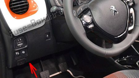 The location of the fuses in the passenger compartment (LHD): Peugeot 108 (2014-2019-..)