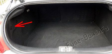 The location of the fuses in the trunk: Peugeot 407 (2004, 2005)