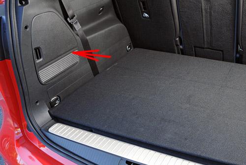 La ubicación de los fusibles en el maletero: Opel / Vauxhall Zafira Tourer C (2011-2017)