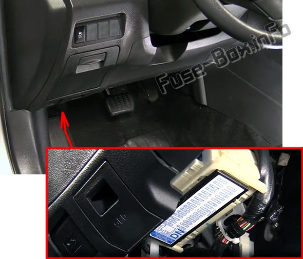 The location of the fuses in the passenger compartment: Pontiac Vibe (2009, 2010)