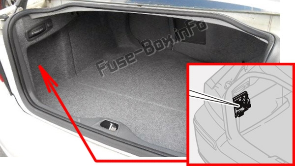 The location of the fuses in the luggage compartment: Volvo S60 (2001-2009)